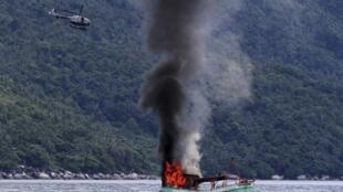 Một tàu cá Việt Nam bị Hải quân Indonesia phá hủy ở ngoài khơi Natuna, tỉnh Kepulauan Ruau, ngày 05/12/2014. Cũng tại khu vực này một tàu cá Trung Quốc vừa bị Indoensia bắt ngày 27/05/2016.