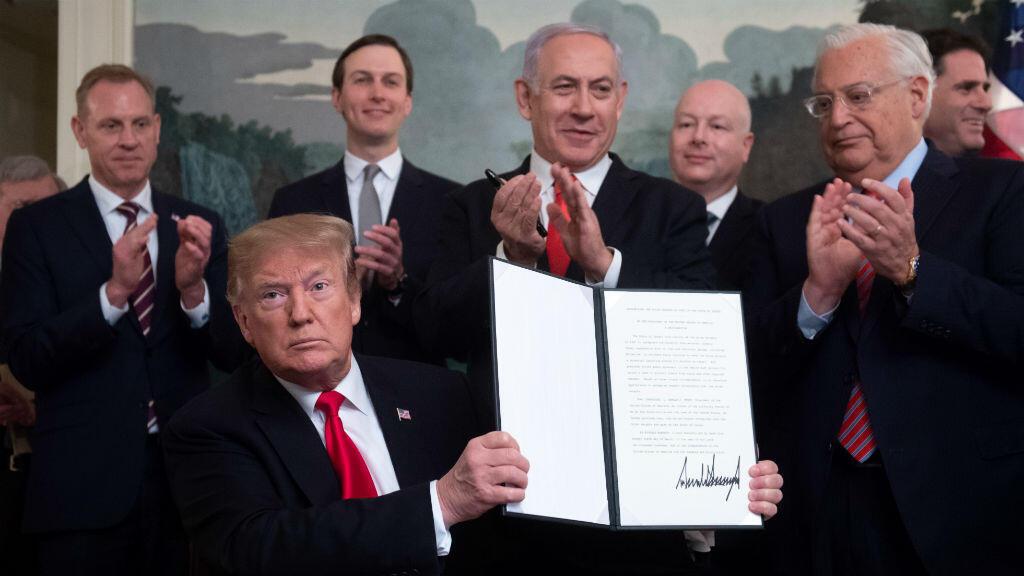 El 25 de marzo de 2019, el presidente de Estados Unidos, Donald Trump, sostiene una proclamación en la que reconoce los Altos del Golán como territorio israelí y posa junto al primer ministro israelí, Benjamin Netanyahu.
