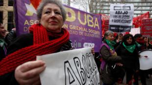 O Senado da Argentina iniciou em quatro de julho discussão em comissões do projeto de lei para descriminalizar o aborto.