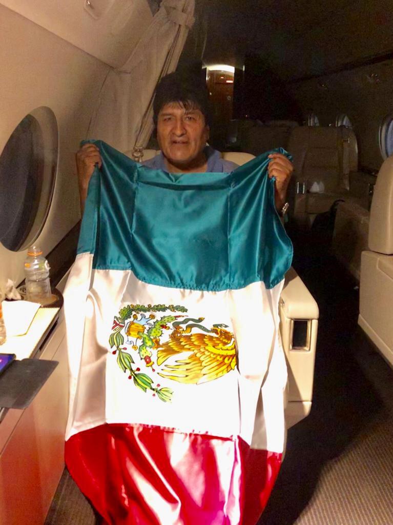 مورالس سوار بر هواپیما