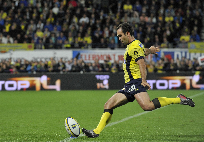 Morgan Parra tire une pénalité lors d'un match à domicile opposant son équipe Clermont à Brive, le 8 avril 2017.