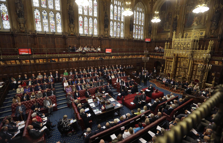La  Chambre des Lords où les lois sont étudiées, souvent amendées et si les lords votent c'est pour envoyer ou renvoyer les textes chez les députés.