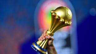 Un joueur algérien brandissant le trophée de la Coupe d'Afrique des Nations 2019 après sa victoire en finale face au Sénégal, au Caire, le 19 juillet 2019