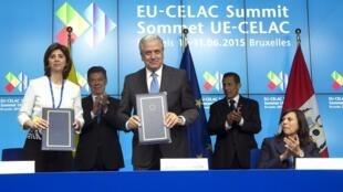 Firma del acuerdo que pone fin a las visas de turismo para Perú y Colombia, este 10 de junio de 2015 en Bruselas.