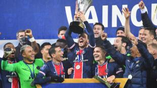 Los futbolistas del París Saint-Germain celebran la obtención del Trofeo de Campeones luego de vencer al Marsella en la final de la Supercopa de Francia, el 13 de enero de 2021 en Lens