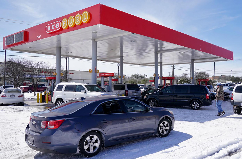 Automóviles hacen fila para abastecerse en combustible en una estación de H-E-B en  Round Rock, Texas, el 16 de febrero de 2021