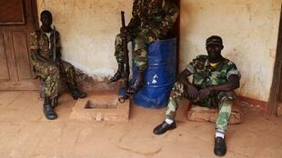 Des ex-Seleka en attente dans leur quartier général de Bambari, en avril 2014.