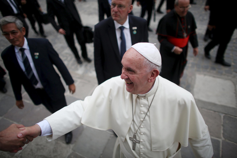 Đức Giáo hoàng Phanxicô bắt tay một phóng viên  khi xuống sân bay La Habana ngày 20/09/2015.
