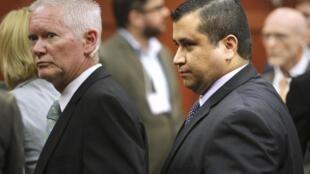 George Zimmerman (D) no tribunal no momento de sua absolvição, Flórida, 13 de julho de 2013.