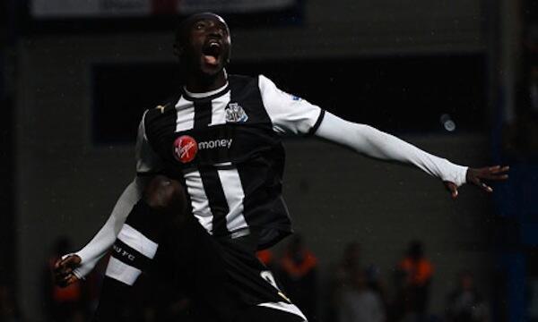 Mshambuliaji wa Newcastle United Papiss Cisse akishangilia goli lake la kwanza kwenye mchezo dhidi ya Chelsea