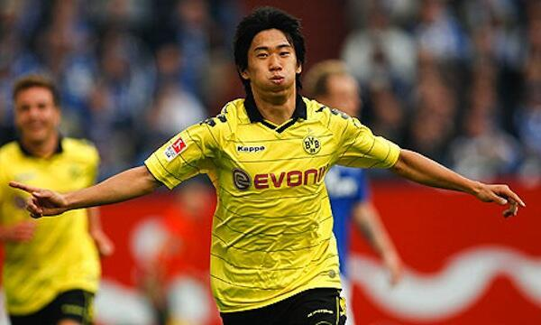 Kiungo wa Kimataifa wa Japan anayekipiga katika Klabu ya Borussia Dortmund Shinji Kagawa anayewaniwa na Manchester United