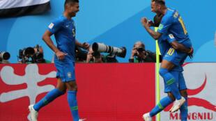 Brasileiros festejam a vitória sofrida com a Costa Rica, por 2 a 0.