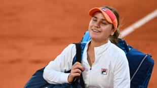 Sofia Kenin savoure sa victoire sur la Tchèque Petra Kvitova en demi-finale de Roland-Garros, le 8 octobre 2020
