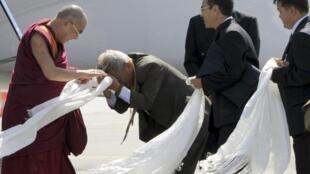 2011年8月12日達賴喇嘛到達法國圖盧茲附近Blagnac機場。