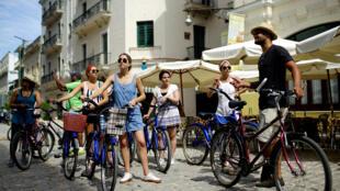 Touristes américains à vélo, La Havane juin 2017: le déferlement de touristes américains à Cuba semble avoir été surestimé d'ailleurs des compagnies aériennes qui desservaient l'île ont annulé des vols.