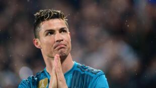 Cristiano Ronaldo agradece los aplausos de los hinchas de Juventus tras su espectacular gol de chilena.