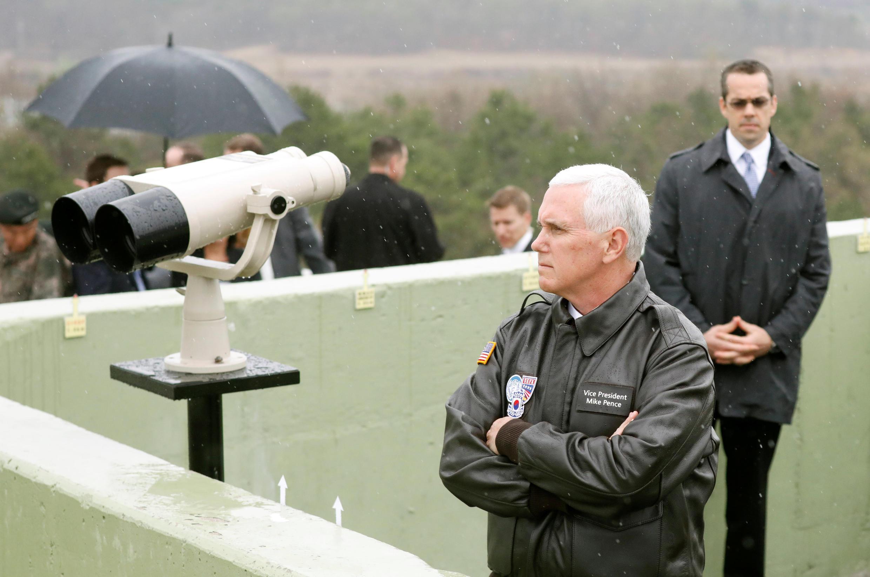 Mike Pence face à la Corée du Nord, dans la zone démilitarisée, à Paju, le 17 avril 2017.