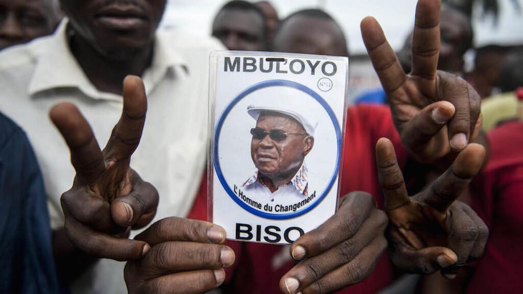 Wafuasi wa upinzani wakiwa na picha ya kiongozi wa muungano wa vyama vya upinzani nchini DRC, Etienne Tshisekedi, picha ya hivi karibuni.