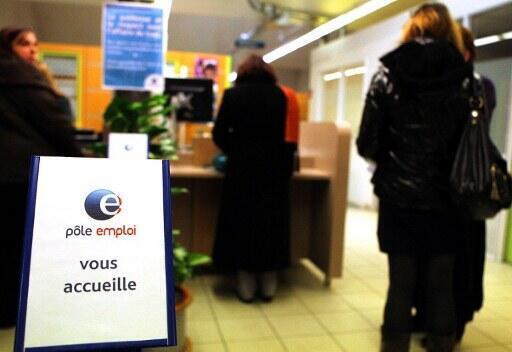 Filas aumentam nas agências públicas para o trabalho, mostrando o efeito crescente do desemprego na França.