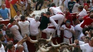 Milhares de pessoas voltaram às ruas de Pamplona, na Espanha, nesta terça-feira (9), para participar da terceira corrida de touros.