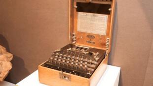 La machine allemande de chiffrage « Enigma ».