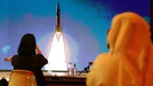 """À Dubai, des Emiratis ont assisté à la télévision au lancement de la sonde arabe """"Al-Amal"""" (""""Espoir"""") vers Mars, le 20 juillet 2020."""