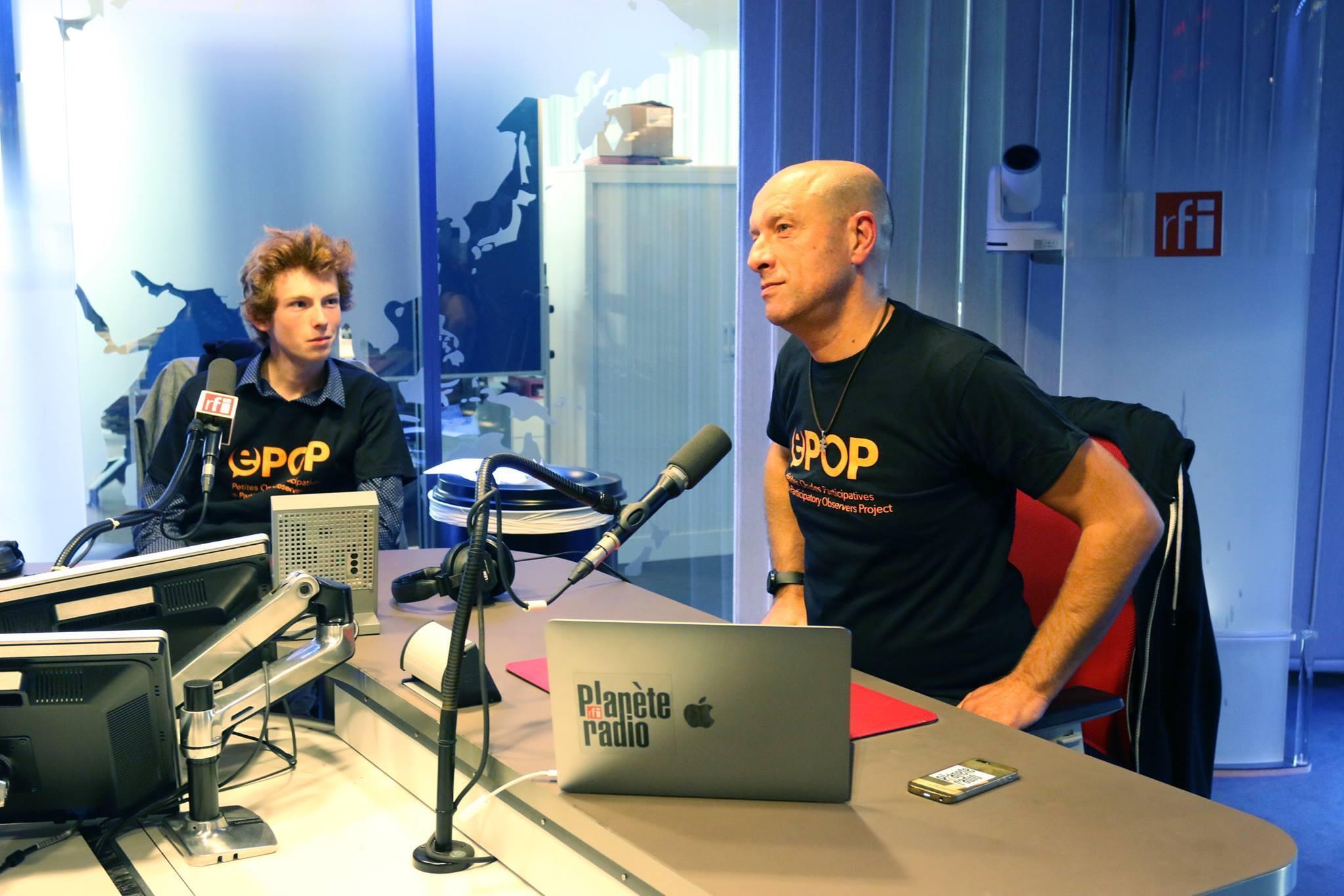 Max Bale, chef de service de RFI planète radio, et Guilhem Chamboredon jeune ePOPer de Nouméa, invités d'Anne-Cécile Bras, présentent le projet E-POP. (image d'illustration)