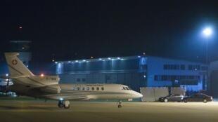 L'avion des diplomates suisses chargés des négociations pour la libération des deux hommes d'affaires se pose sur l'aéroport de Berne lors de leur retour de Libye, le 19 octobre 2009