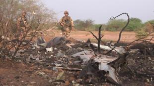 Hình ảnh do quân đội Pháp cho thấy xác máy bay bị vỡ vụn, mất dạng gần như hoàn toàn - REUTERS /ECPAD