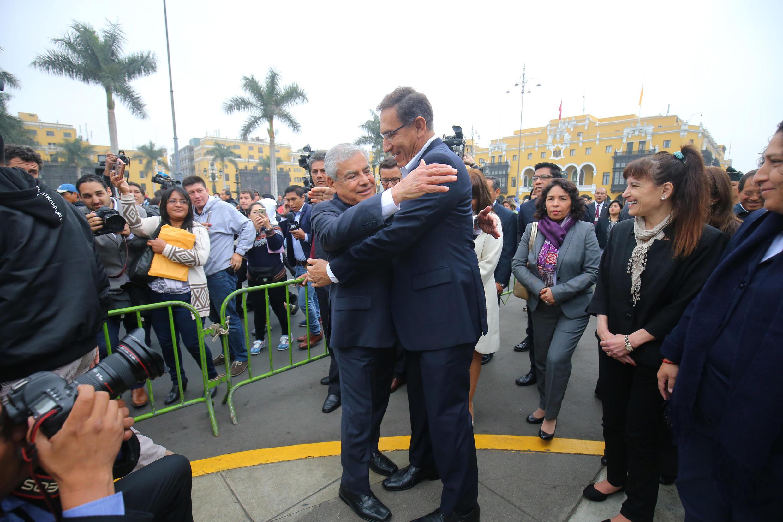 Martín Vizcarra y su primer ministro César Villanueva, delante del Palacio del Gobierno en Lima, este 19 de septiembre de 2018.