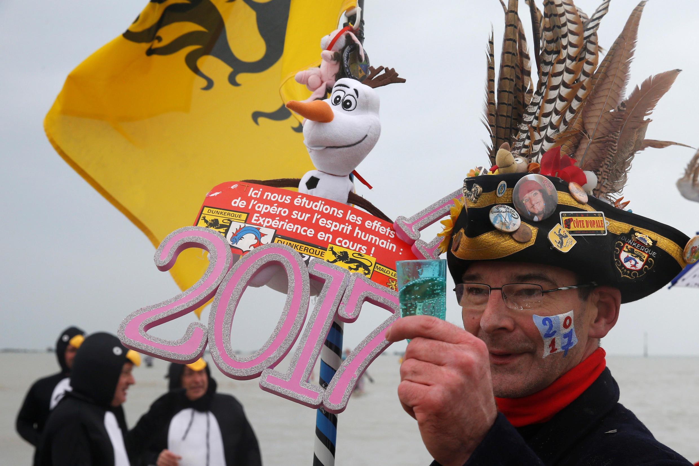 Người dân trong trang phục truyền thống đón năm mới 2017 tại Dungkerque, miền bắc Pháp.