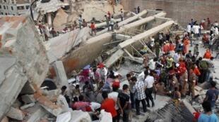 گروه امداد در حال بیرون آوردن قربانیان حادثه از زیر آوار