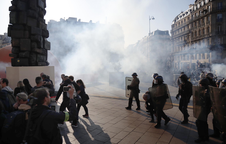Forças de polícia lançam gás lacrimogéneo para dispersar coletes  amarelos no sábado em Paris.21 de Setembro de 2019