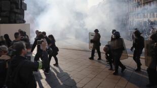 Des policiers utilisent du gaz lacrymogène pour disperser des «gilets jaunes», à Paris le 21 septembre 2019.