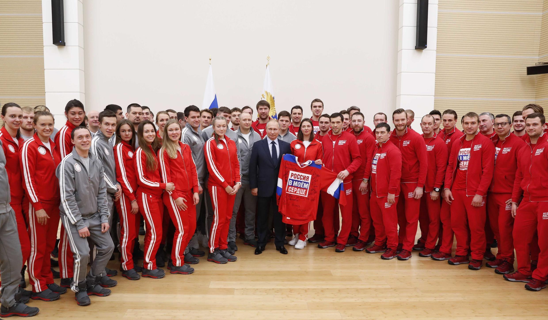 Tổng thống Nga Putin chụp ảnh cùng với các vận động viên Nga sẽ tham gia Thế Vận 2018 ở Pyeongchang, Hàn Quốc. Ảnh chụp ngày 31/01/2018.