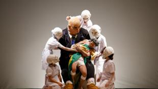 """Cena de """"Macunaïma Gourmet"""", do grupo mineiro Pigmalião Escultura que Mexe, que realizou sua estreia mundial no festival francês nesta segunda-feira (23)."""