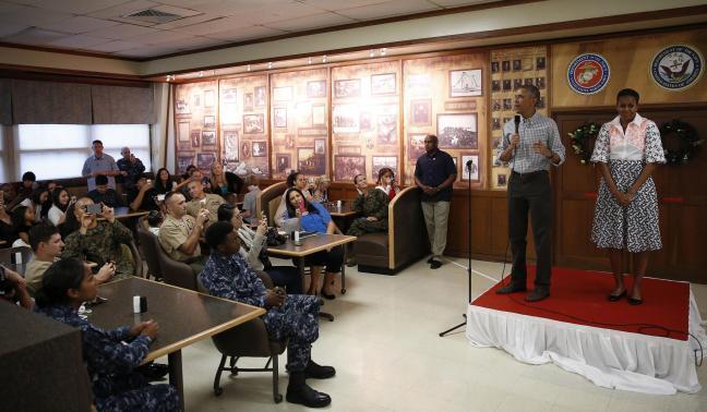 Барак Обама во время рождественского ужина на военно-морской базе Каннеохе-Бэй на Гавайях