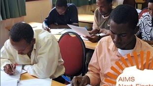 Des étudiants de l'Institut africain des sciences mathématiques dans une salle de classe au Sénégal.