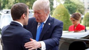 Presidentes francês e russo em Paris a 13 de Julho de 2017.
