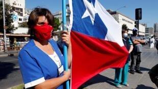Des soignants manifestent contre le manque de matériel médical pour faire face à l'épidémie, à Vina del Mar, le 13 avril 2020.