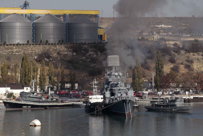 Российские военные корабли в Севастополе.