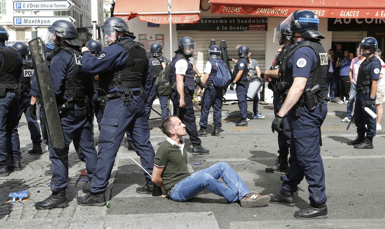 10 июня. Полиция проводит задержания болельщиков в старом порту Марселя.
