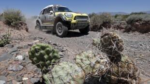 Nani Roma en su Mini, durante la tercera etapa del Dakar entre San Rafael y San Juan, este 7 de enero de 2014.