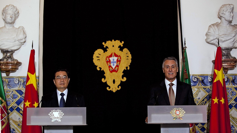 O presidente chinês, Hu Jintao em coletiva de imprensa com o presidente português, Anibal Cavaco Silva durante visita de dois dias a Portugal.