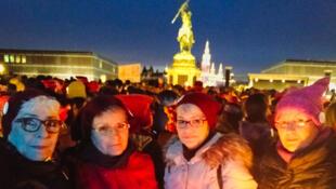 A Vienne, les mamies coiffées de leur bonnet rose manifestent contre le retour au pouvoir de l'extrême-droite.
