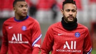 Les attaquants vedettes du Paris SG Kylian Mbappé et Neymar avant un match de L1 à Reims le 27 septembre 2020