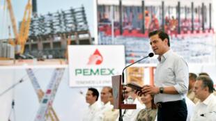 Le président mexicain Enrique Peña Nieto a annoncé vendredi la découverte d'un «important» gisement de pétrole et de gaz dans l'Etat de Veracruz, à l'est du pays, à Mexico, le 3 novembre 2017.