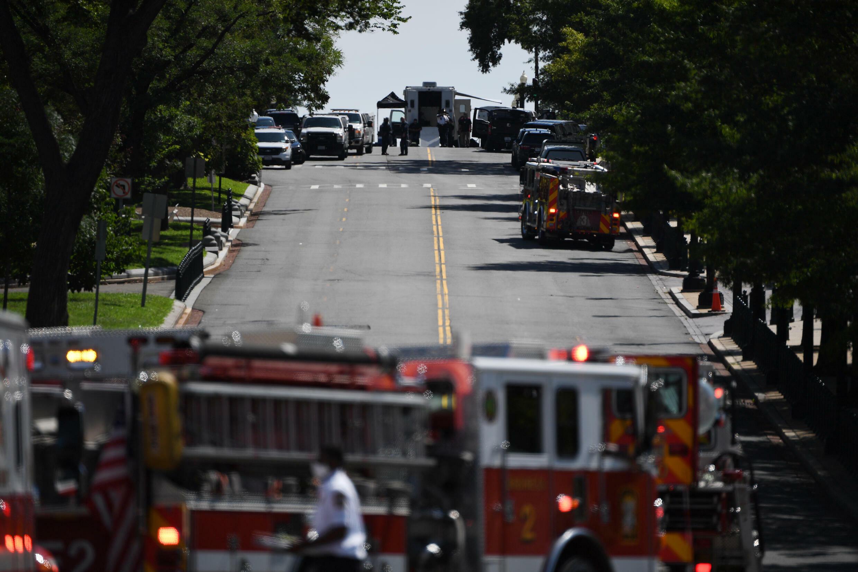 Vehículos de bomberos y de la policía cerca del Capitolio donde se sospecha que un vehículo contiene explosivos, el 19 de agosto de 2021 en Washington