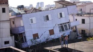 A Durrës, devant un immeuble touché par le tremblement de terre.