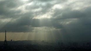 冬季:黄昏时候的埃菲尔铁塔。